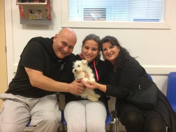 La familia de Budi posa feliz después de verle recuperado.